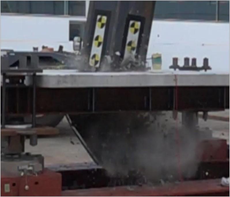 29 鉄筋コンクリートスラブのデッキプレートによる耐衝突性能向上工法に関する研究 ~デッキ端部の加工によるコンクリート破片の飛散抑制性能について~